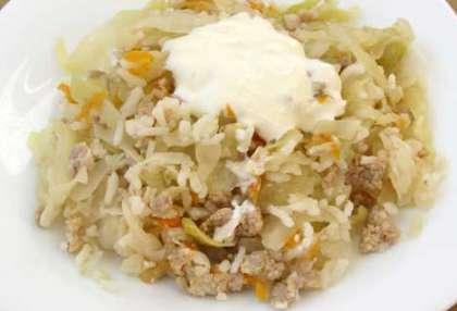Тушеную капусту переложите на блюдо или порционные тарелки. Украсьте по желанию.