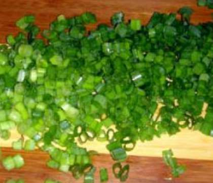 С перьями зеленого лука поступите также. Порежьте обсушенные перья на кусочки (мелкие).
