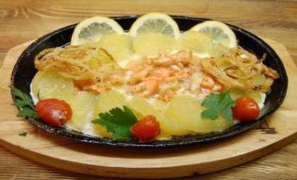 Залейте горбушу с картошкой этим соусом и поставьте в духовой шкаф (разогретый до 180 градусов) на сорок пять минут. Готовую рыбу подайте на тарелке, украсив зеленью и дольками лимона.