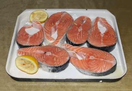 2 способ приготовления шашлыка из красной рыбы на решетке: Разрежьте красную рыбу на большие куски. Натрите её оливковым маслом. Также натрите её специями для шашлыка и солью, каждый кусок отдельно.