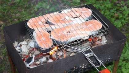 Готовить на решетке, над углями. Рыба очень быстро готовится. Помните, что снимать готовую рыбу с решетки следует очень аккуратно, т.к., прилипнув к решетке, она может развалиться.
