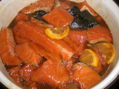 Залейте гранатовым соком прямо на специи. Аккуратно перемешайте все руками, добавьте 2 ст.л. растительного масла и снова перемешайте. Придавите рыбу, например, перевернутой тарелкой, и оставьте мариноваться на 3-4 часа, периодически помешивая.