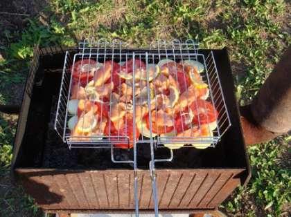 Положите промаринованные куски рыбы на решетку и жарьте до готовности. Готовить шашлык из красной рыбы на решетке также можно смешав порезанный кольцами лук, помидоры и лимон. В маринад можно добавить лайм, зеленый перец чили, базилик, имбирь и соль по вкусу, затем натереть кусочки красной рыбы полученной смесью, жарить на решетке по 5 минут с каждой стороны.