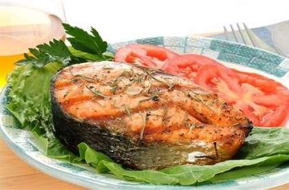 Готовый шашлык можно подавать с салатом.