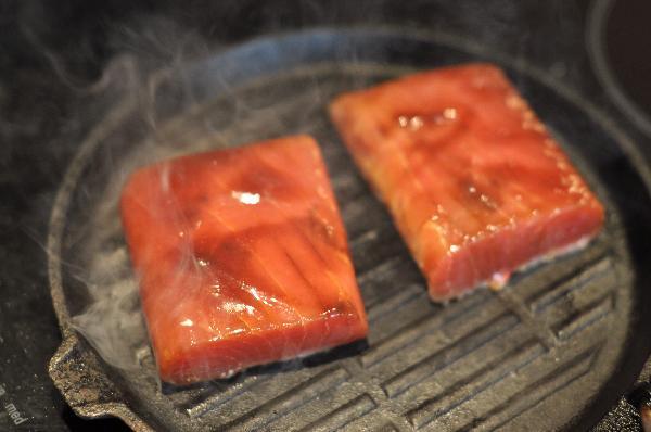 Удалив лишний соус, обжарить стейк на смазанной маслом раскаленной сковороде по 1-2 минуты с каждой стороны.