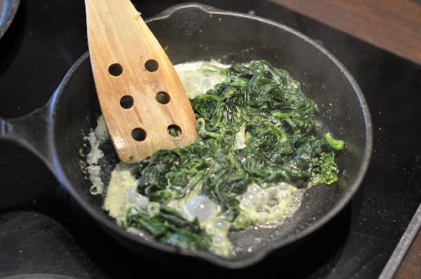 Размороженный шпинат тушить со сливками  5 минут.