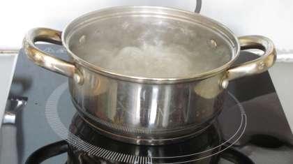 В кастрюлю наливаем три стакана воды и ставим кипятится.