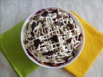 Готовый салат нужно остудить, поставив пропитываться салат в холодильник не менее, чем не два часа. Получается очень нежный, вкусный и легкий салат. Если дать ему пропиться, то овощи пропитаются вкусом майонеза и сухофруктов.