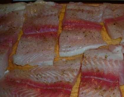 Займемся рыбой. Приготовленное размороженное филе морского языка следует вымыть и обсушить (салфеткой). Затем порежьте его на порционные кусочки. Выложите в мисочку и посыпьте солью, специями, черным перцем. Выдавите с половинки лимона сок  в чашку или стакан. Полейте им филе рыбы. Оставьте настаиваться приблизительно полчаса.