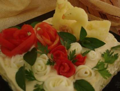 Украшением послужат розы из помидор и яичного белка. Лебедей можно сделать с картофеля. А, листочки возле цветов с мяты или петрушки. Подавайте на праздничный стол. Теперь вы знаете   как приготовить салат РЅР° юбилей (рецепт СЃ фото).