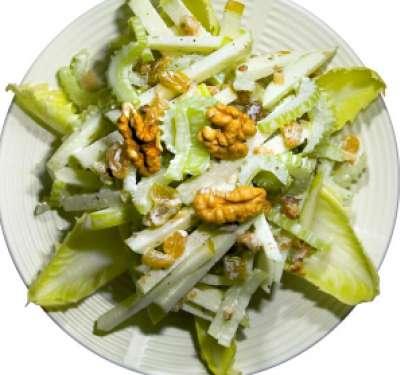 В миску, где лук и заправка добавьте нарезанный и замаринованный сельдерей. Затем хорошо перемешайте. Выложите готовый салат на красивое блюдо и посыпьте орехами перед подачей на стол.