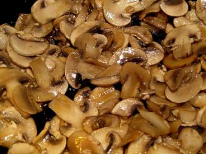 Шампиньоны почистить и помыть. Покрошите затем грибы на мелкие кубики. В горячую сковороду налейте масла (любого на ваш вкус – оливкового, растительного). Бросьте грибы туда и обжарьте их до золотистого цвета. Готовые шампиньоны остудите.