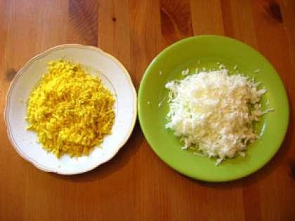 Три яйца сварите в кипятке (вкрутую). Остудите, ополоснув в холодной воде. Очистите от скорлупы. Разделите желтки с белками. Затем нужно белки яйца натереть крупно, отдельно в тарелке желтки раздавить вилкой.