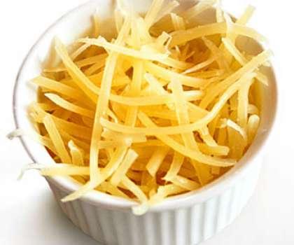 Поступаем точно также и с сыром, как и с яичным белком. Натрите его тоже крупно на терке.