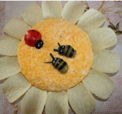 В салатнике формируем салат. Выкладывает слой нарезанной куриной грудки и майонез, потом жареные шампиньоны полейте майонезом. Третий слой белки, опять майонез, затем идет сыр на терку натертый (и майонез). В самом конце выкладываем желтки. Ровняем красиво и в холодильник на 12 часов (настаиваться). Вынимаем и украшаем чипсами, на серединку божью коровку садим (из помидора и маслинки) и пчелок (из маслинок, оливок, а крылышки можно сделать из лимона). Подаем.