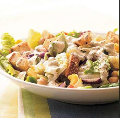 Смешайте все компоненты в салатнике. Перемешайте в отдельной посуде майонез с чесноком. Залейте блюдо получившейся заправкой. Перемешайте и подавайте.