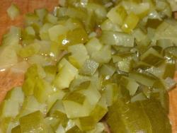 Огурцы возьмите маринованные либо соленые. Ополосните их. Потом нарежьте соломкой (или кубиками). Также нашинковать мелко зеленый лук.