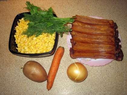 Как было сказано ранее, для приготовления нужно залить предварительно колотый горох, чтобы он полностью разбух. Готовим суп либо через часа 3-4, либо на следующие сутки. Копченые свиные ребра нужно разрезать на тонкие ребрышки. Морковь почистить и нарезать кружочками или тонкими брусочками. При желании можно добавить мелко нарезанный сельдерей, который также отлично сочетается со вкусом гороха.