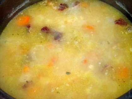 Картофель очистить и нарезать кубиками, а лук лучше всего нашинковать мелко. Добавить в бульон, при этом не стоит доводить до бурного кипения. Горох должен развариться полностью, превратившись в кашу. Подавать готовый суп лучше всего с обжаренными на оливковом масле батоном, с добавлением раздавленного чеснока. Вкусный и невероятно ароматный суп понравится всем без исключения.