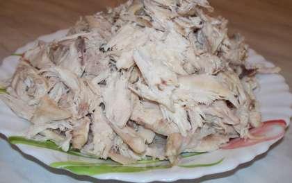 Возьмите куриное филе и сварите его до готовности, минут 10. Охладите. Нарежьте небольшими ломтиками, либо разберите аккуратно руками на мелкие кусочки. Можно немного поджарить куриное филе, это придаст салату неповторимый вкус.