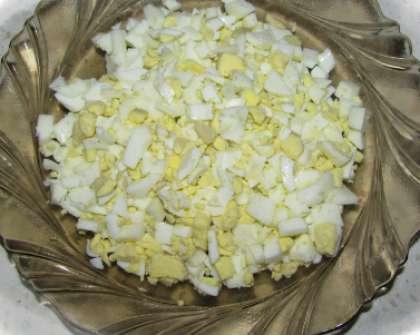 Яйца, сваренные вкрутую, охладите в холодной воде. Снимите скорлупу. Порежьте мелко яйца.