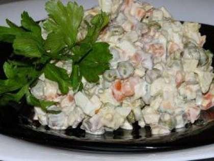 Смешайте все нарезанные ингредиенты в красивой салатнице. Добавьте соль, перец, Перемешайте. Залейте сметаной и снова перемешайте. Подайте к столу, украсив зеленью. Теперь вы знаете  РєР°Рє приготовить салат «Оливье» СЃ курицей (рецепт СЃ фото).
