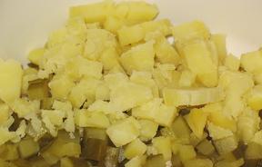 Картофель отварите в мундирах до готовности в кипящей воде. Сначала остудите, затем очистите от шкурки. После нарежьте кубиками (примерно 5 мм).