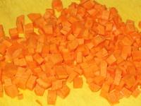 Также поступите и с морковью. Промойте. Сварите со шкуркой. Остудите. Потом нарежьте маленькими кусочками также 5мм.