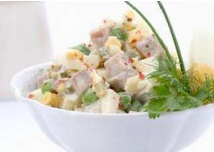 Возьмите салатницу. Сложите в нее картофель, порезанную морковь. Потом добавьте горошек, порезанную колбасу. И, наконец, огурцы, и порубленную зелень укропа. Залейте салат майонезом. Осторожно перемешайте. Не забудьте посолить и поперчить. Подайте блюдо готовое на стол. Теперь вы знаете  РєР°Рє приготовить салат оливье СЃ колбасой (рецепт СЃ фото).