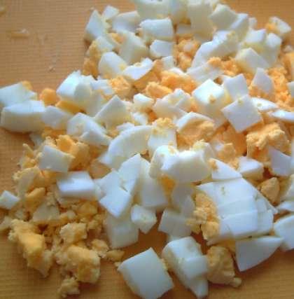 Яйца отварите вкрутую. Время варки 6-7 минут. Отваренные яйца мелко нарежьте.