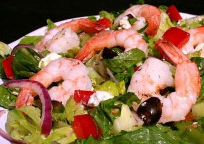 Все ингредиенты, кроме кусочков сыра: креветки, перец, огурцы, помидоры и лук, засыпьте в салатницу. Залейте соусом. Дайте настояться 15 минут. Сыр выкладывайте в последнюю очередь, когда будете подавать салат к столу. Не перемешивайте! Можно выложить салат на листья салата, а сыр и лук положить сверху. Теперь вы знаете  РєР°Рє приготовить салат греческий СЃ креветками (рецепт СЃ фото).