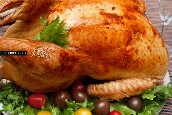 В конце откройте фольгу (чтобы она совсем не закрывала птицу), увеличьте температуру до 230 градусов и готовьте 30 минут до образования румяной корочки. Можно ненадолго включить режим конвекции.  <br><br>  Идеально проверять готовность мяса специальным термометром, если его нет, то острым тонким ножом проколите грудку в самом толстом месте, из нее должен течь полностью прозрачный сок. Если сок с розовым оттенком, допеките индейку в фольге до готовности.  Перед подачей дайте индейке постоять в тепле минут 20, и только потом нарезайте и угощайтесь.
