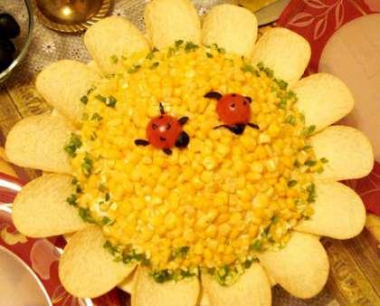По краям тарелки украсите чипсами в виде подсолнуха. Украсить еще можно божьими коровками из половинок помидор.