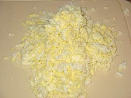 Затем сварите яйца вкрутую. Очистите их от кожуры и натрите на крупной терке.