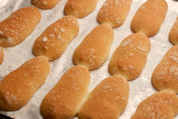 Для тирамису потребуется особое бисквитное печенье савоярди, которое можно купить в готовом виде или приготовить самостоятельно.