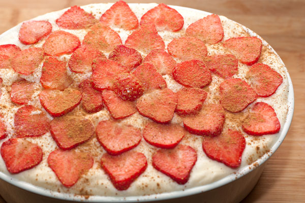Готовый десерт украсьте нарезанной свежей клубникой. По желанию можно посыпать корицей, это хорошо оттеняет вкус.