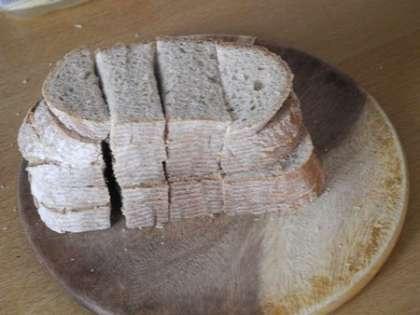 Хлеб нарезать квадратиками