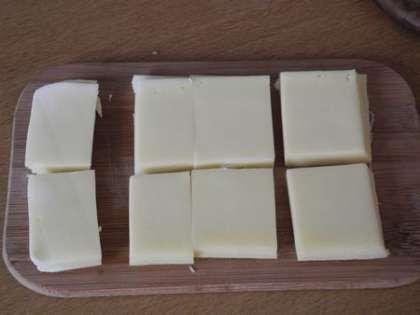 Сыр нарезать квадратиками, такими же, как хлеб