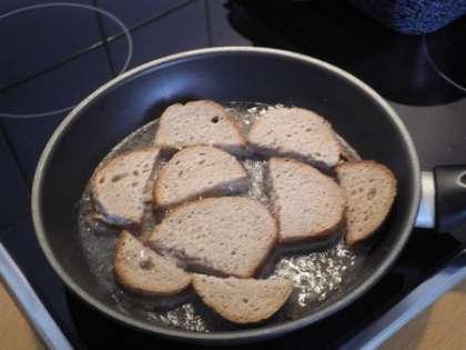 Обжарить хлеб на сковороде с солью и чесноком