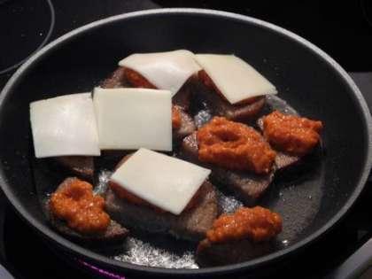 Перевернуть хлеб, положить аджику и сыр