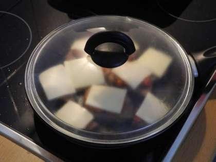 Накрыть крышкой, снять с огня и подождать, пока сыр расплавится