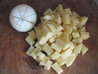 Крупную луковицу чистим и с двух сторон делаем по два неглубоких надреза. Она будет навариваться для придания вкуса минут 10-15, а затем мы ее извлечем и выбросим.