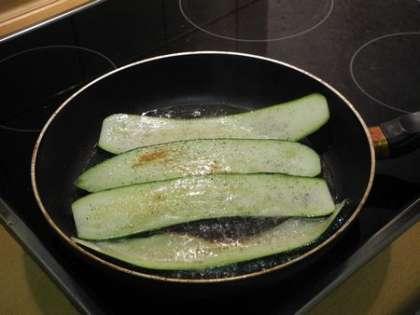 Обжарить с другой стороны, добавить укроп и перец