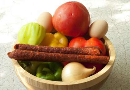 Сразу вам напишу, что венгры в своих блюдах используют только зеленый сладкий перец (не круглый, а продолговатый с острым носиком). Но у меня были разноцветные болгарские перцы, которые ничем не уступают зеленым. Главное правило в лечо - по венгерски - это наличие копченостей. У вас должно быть или копченое сало, или копченые колбаски. У меня колбаски.