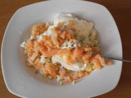 Приготовить начинку: смешать сыр Филадельфия, лосось и яйцо