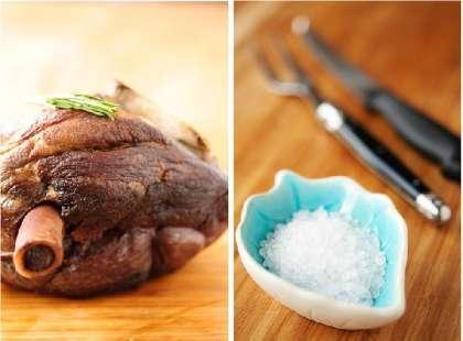 Для приготовления потребуется чугунная (или иная, но толстостенная и хорошо держащая тепло) посуда с крышкой.    Сильно нагреть в ней растительное рафинированное масло и обжарить бедро (1,5 кг) с каждой стороны до золотистого цвета (по 1 минуте).