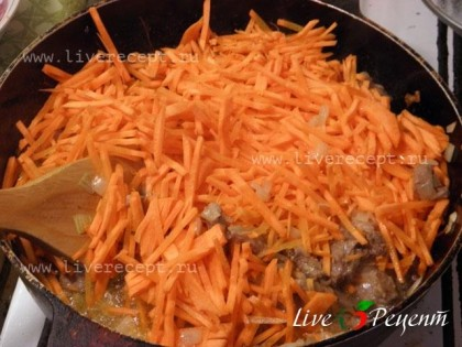 Затем убавляем огонь до среднего, добавляем морковь, соль, специи, перемешиваем, накрываем крышкой и тушим в собственном соку 30-40 минут на слабом огне. Можно использовать готовую смесь специй для плова.