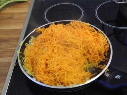 К луку с чесноком добавить морковь, посолить, перемешать. Жарить на маленьком огне 10 минут