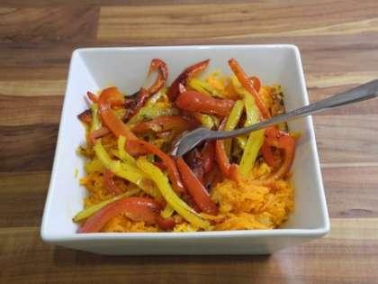 Перцы выложить в салатницу, сверху на морковь