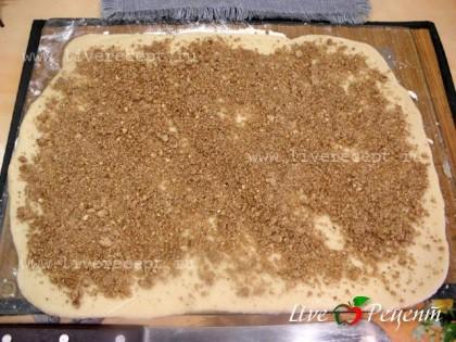 Тесто раскатываем в прямоугольник 25х40 см, посыпаем орехами с корицей.Если нет орехов, можно посыпать просто сахаром или просто корицей.